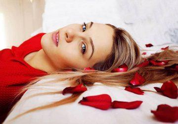 ensam kvinna som ligger i sängen med rosor
