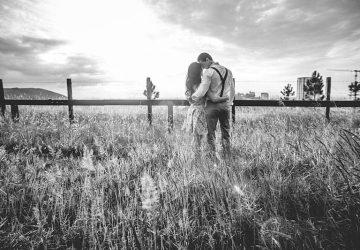 par kramar ina gräsfält