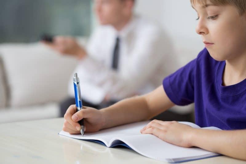 ungen gör läxor hemma ensam