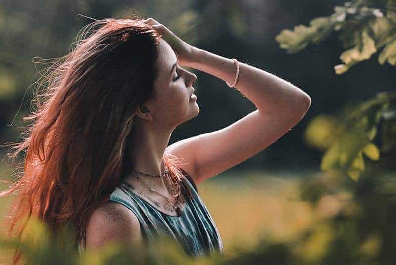 tankeväckande kvinna som håller håret