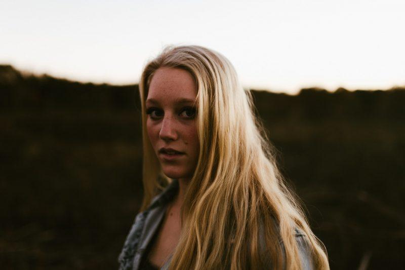 allvarlig blond kvinna som står utomhus