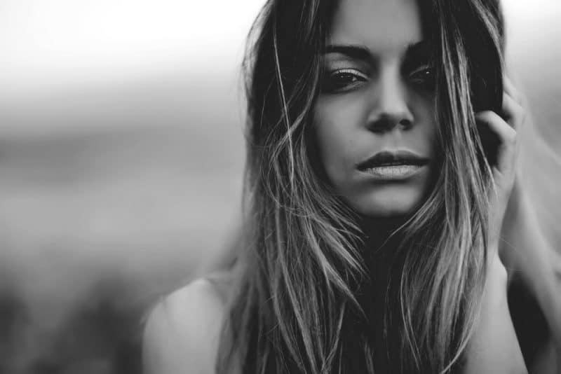 allvarlig vacker kvinna