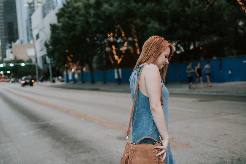 kvinna korsar gatan