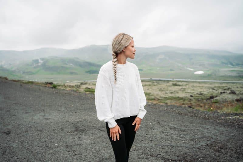 kvinna som står ensam och ser berg