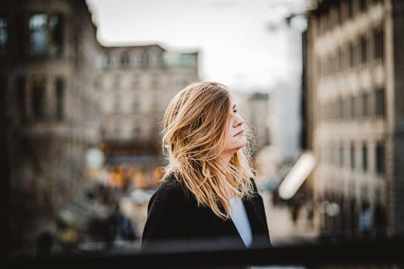 ung blond kvinna som står utanför