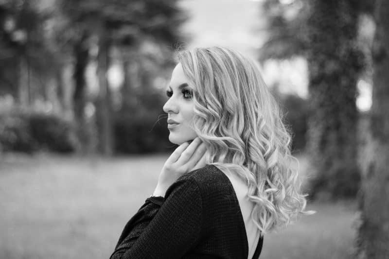 vacker blond kvinna i skogen