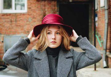 blond kvinna som bär hatt