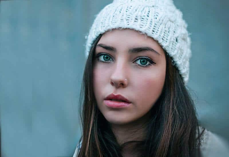 vacker kvinna med hatt tittar på avståndet