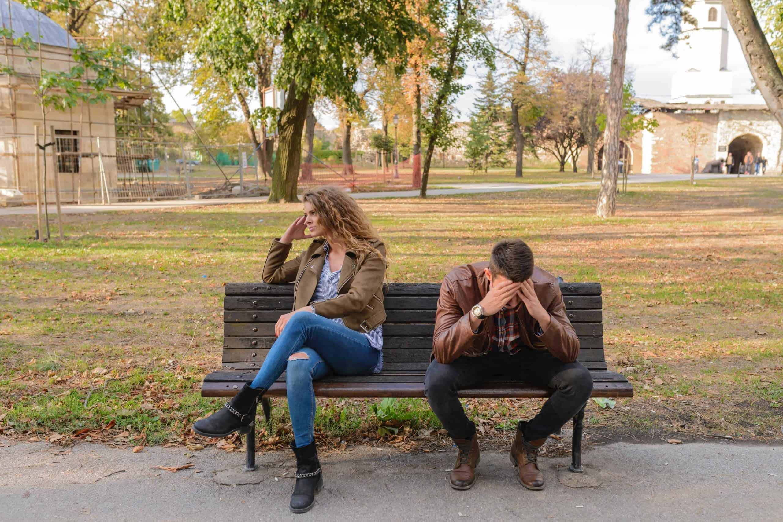 arga par som sitter på bänken