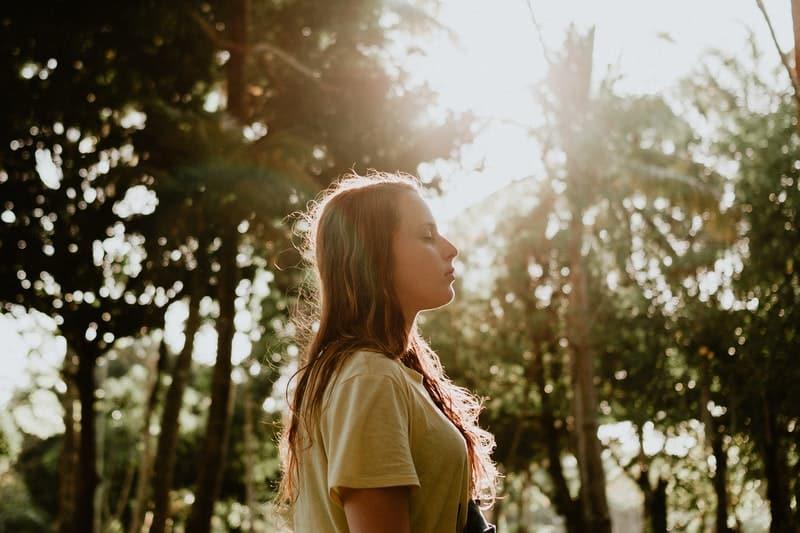 kvinna i gul skjorta i skogen, morgon