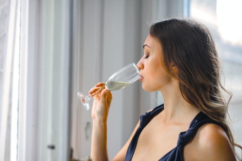 kvinna njuter av vin