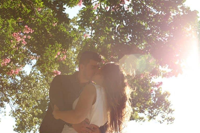 9 Säkra Tecken På Att En Man Är Kraftigt Attraherad Av Dig