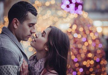 man kysser sin kvinna
