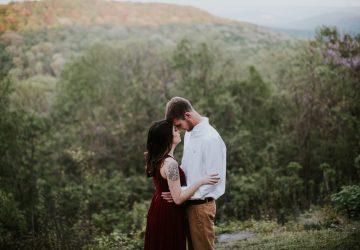 man och kvinna kramar
