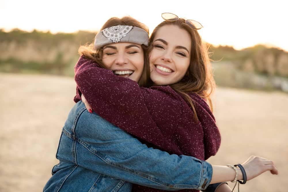 två flickvänner kramar