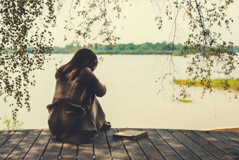 ensam ledsen kvinna som sitter ensam