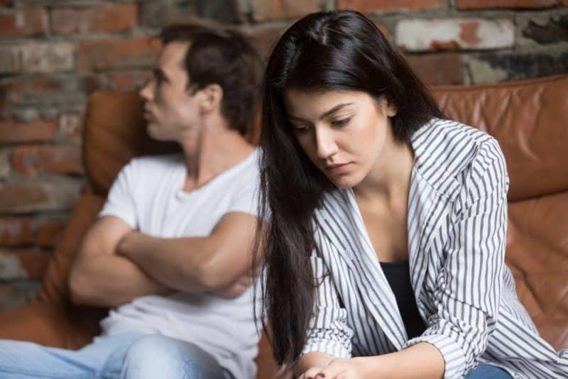 fundersam ung flicka som tänker på relationer problem som sitter på soffan