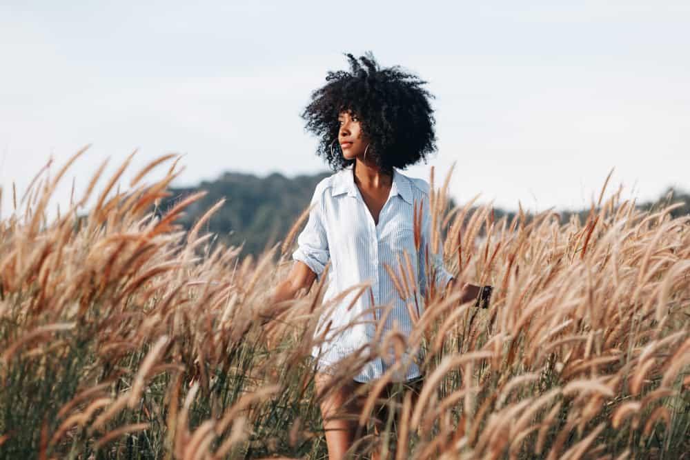 kvinna på fältet vid solnedgången