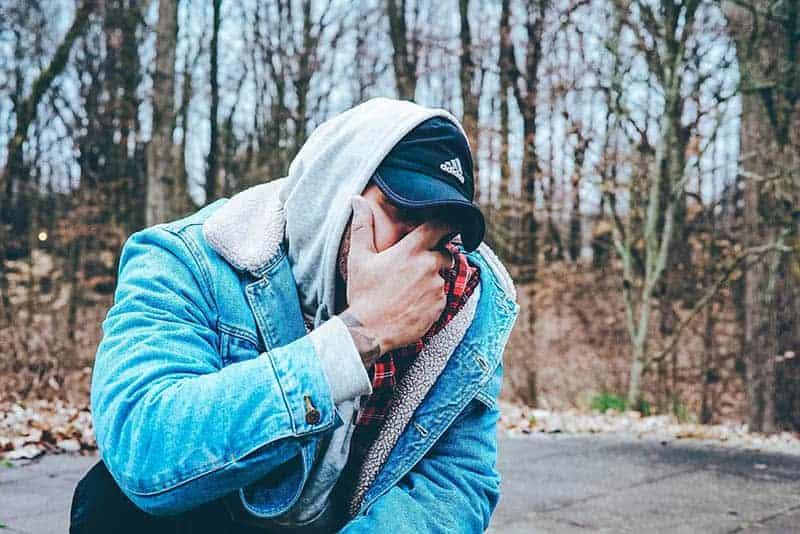 5 Tecken På Att Han Är Känslomässigt Otillgänglig (Det Är Inte Värt Att Gå Ut Med Honom)