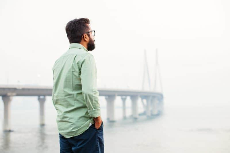 man står och tänker framför bron