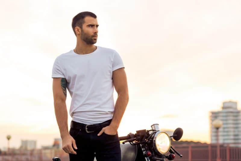 stilig ryttare i vit blank t-shirt