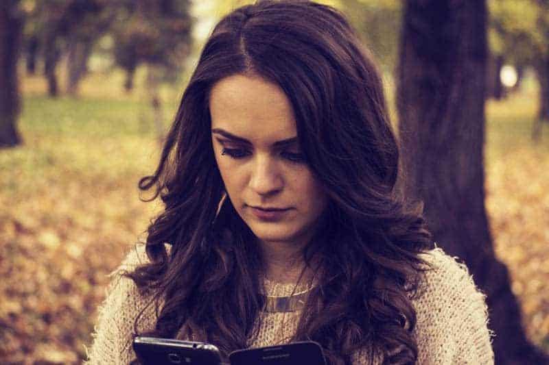 ensam kvinna att skriva på sin smartphone