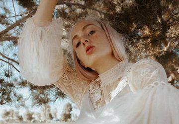 kvinna i vit blus
