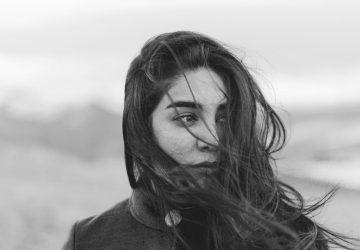 vacker och ledsen brunettkvinna
