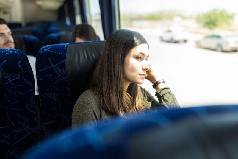 ensam kvinna som sitter i buss