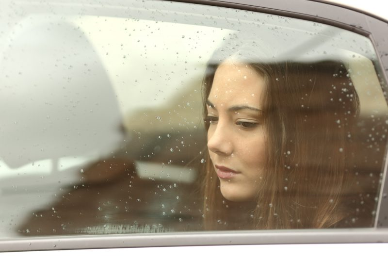 ledsen vacker kvinna som sitter i bilen