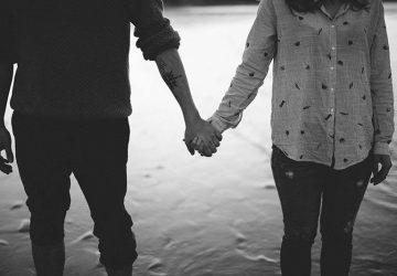 par som håller sina händer