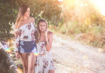 två unga kvinnor i naturen