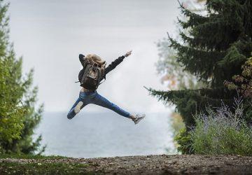 kvinna hoppar högt i luften