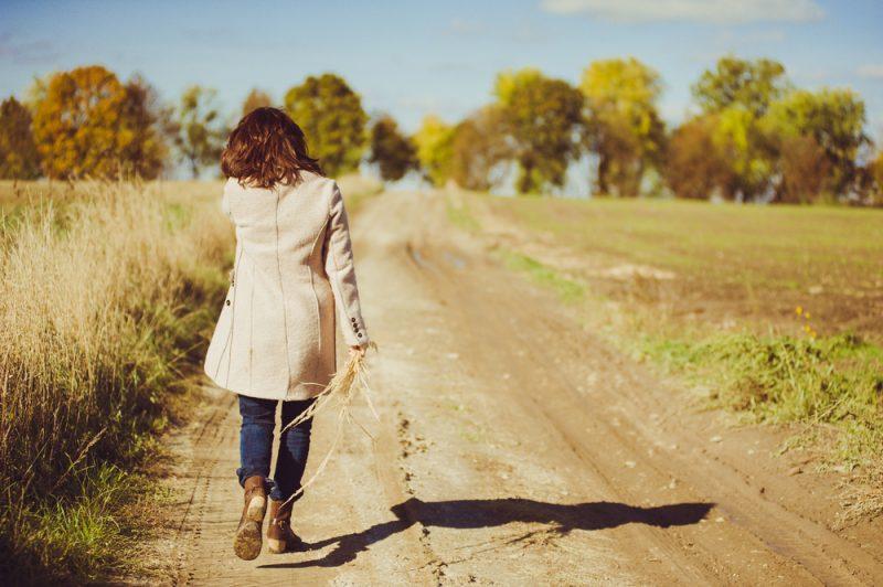 kvinna går