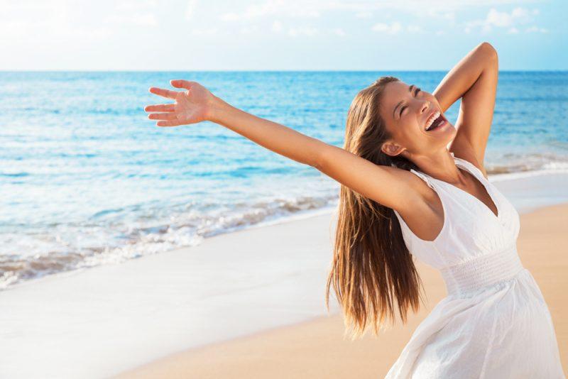 kvinna på stranden njuter av livet