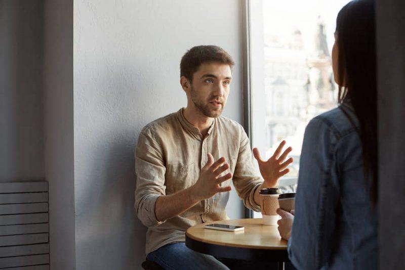 par som pratar i cafeteria