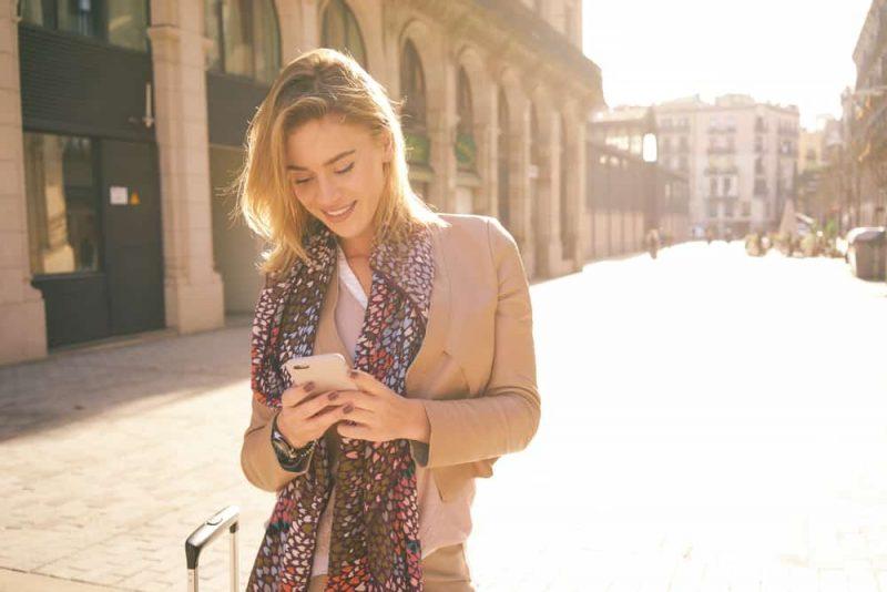 underbar vacker ung kvinna med blonda hårmeddelanden