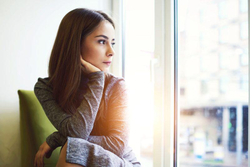 uppmärksam attraktiv ung kvinna som blir inspirerad