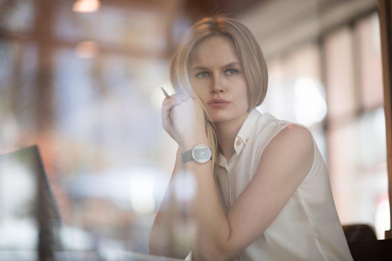 vacker blond kvinna som bär klockan