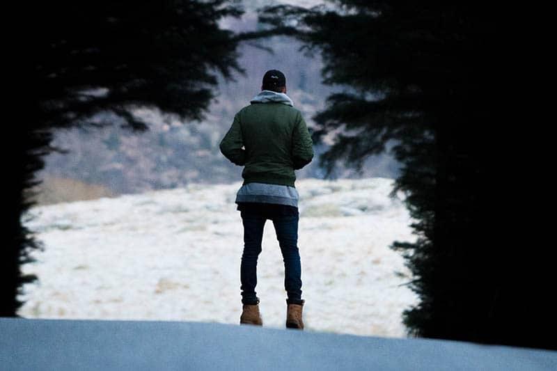 man i naturen under vintern