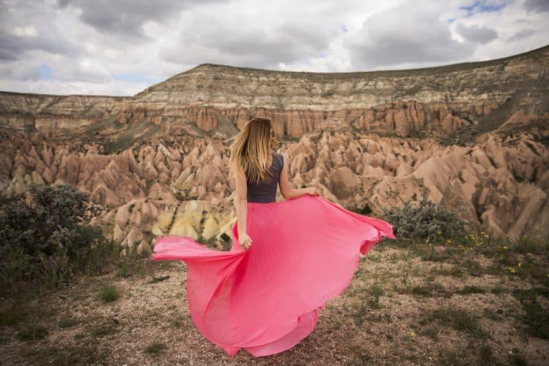 kvinna i vacker rosa klänning