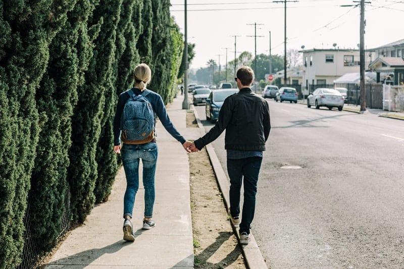 par hålla händer och gå