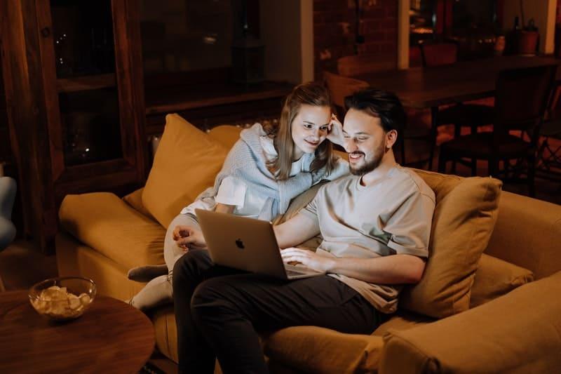 par tittar på bärbar dator