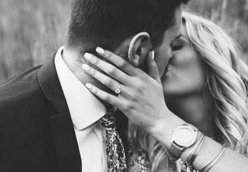 svartvitt foto av kyssande par