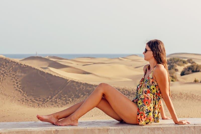 kvinna sitter och ser till himlen
