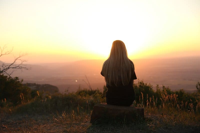 kvinna sitter på kullen