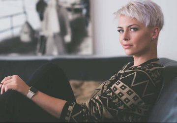 blond kvinna med kort hår