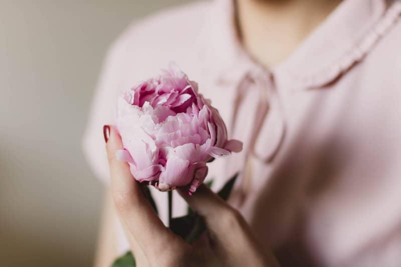 kvinna håller ros