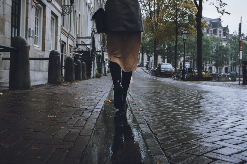 kvinna går på en väg