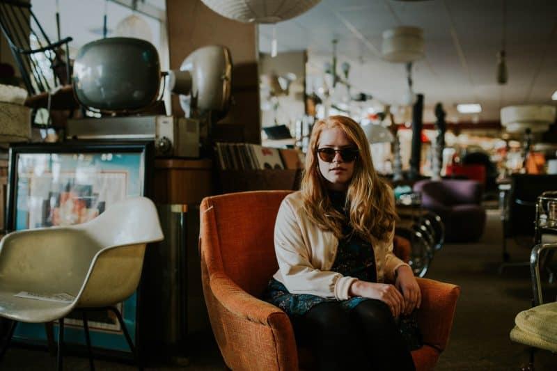 kvinna som bär solglasögon som sitter på café